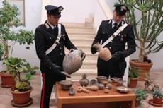 I carabinieri presentano i reperti etruschi sequestrati, trafugati a Cerveteri