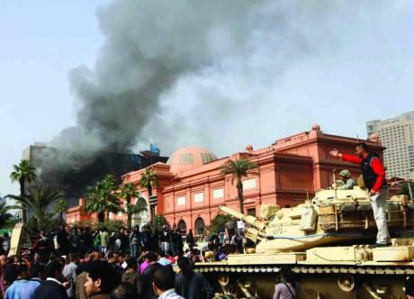 Militari e manifestanti in piazza Tahir davanti al Museo Egizio del Cairo