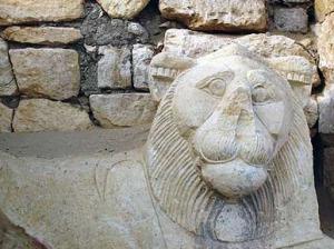 La scultura della dea-leonessa a guardia dell'ingresso