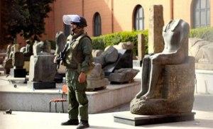 Militari a guardia del Museo Egizio al Cairo