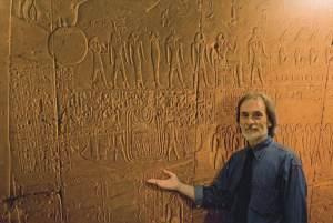 Il fotografo Paolo Renier davanti ad alcuni rilievi di Abydo in Egitto