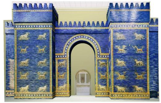 La porta di Ishtar a Babilonia (oggi al Pergamon museum di Berlino) presa a modello a Tol-e Ajori (Iran)
