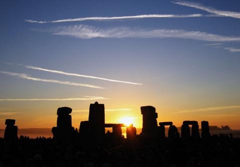 Magiche atmosfere al solstizio d'estate a Stonehenge, nella piana di Salisbury