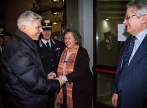 Il ministro Massimo Bray saluta il soprintendente Simonetta Bonomi durante il trasferimento dei Bronzi