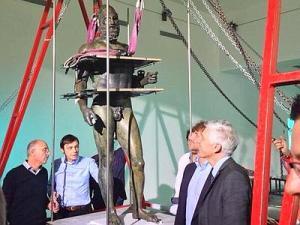 Il ministro Bray assiste al raddrizzamento dei Bronzi di Riace