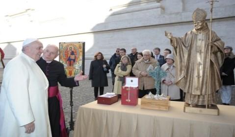 Mons. Liberio Andreatta presenta al Santo Padre i doni da portare in Iraq