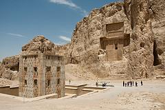 La Kabe-e Zartosht a Naqsh-e Rostam con dietro le tombe reali achemenidi