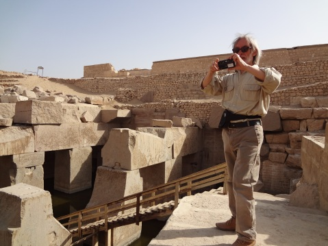 Il fotografo Paolo Renier in Egitto durante una ricognizione nell'Osireion di Abido