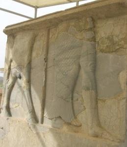 L'uomo-pesce, rilievo sull'accesso al Palazzo S di Pasargade
