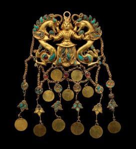 Orecchino in oro e turchese con uomini e dragoni da Tillia Tepe