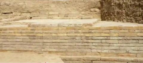 I corsi di mattoni di edificio achemenide ritrovati a Tol-e Ajori
