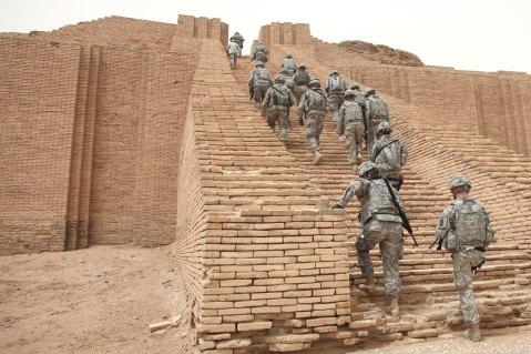 Soldati americani salgono i gradoni della ziggurath di Ur