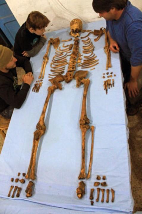 I resti della mummia del faraone Senekbay dal sarcofago già saccheggiato in antico