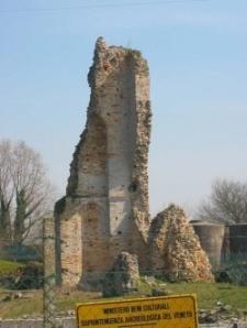 I ruderi del campanile di S, Maria Assunta di Equilo
