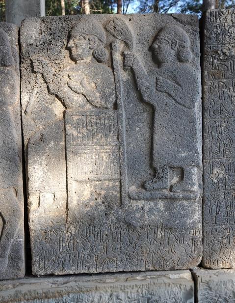 Figure scolpite sulle lastre in pietra da Karatepe (IX-VIII sec. a.C.)