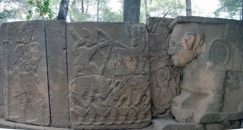 Le lastre di pietra a rilievo che decorano le porte monumentali del sito tardo ittita di Karatepe