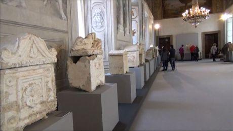 Le 23 urne etrusche del mausoleo dei Cacni esposte nella sala di Augusto al Quirinale