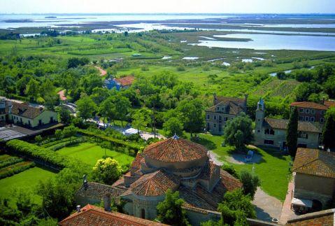 L'isola di Torcello nella laguna di Venezia con la Basilica di Santa Maria Assunta