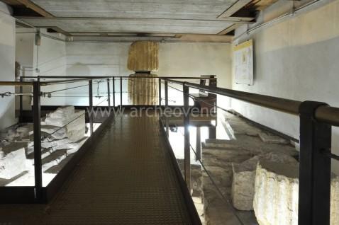 I resti del Capitolium romano visibili al ristorante Maffei