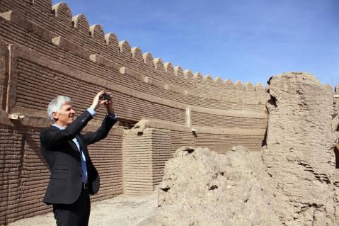 Il ministro Massimo Bray fotografa le rovine della cittadella di Bam in Iran