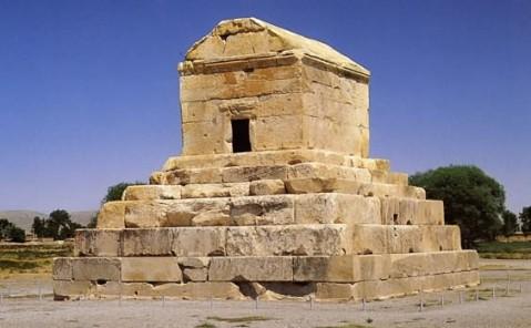 La monumentale tomba di Ciro domina il paesaggio di Pasargade