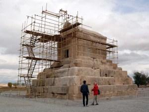 La tomba di Ciro a Pasargade con le impalcature per i restauri