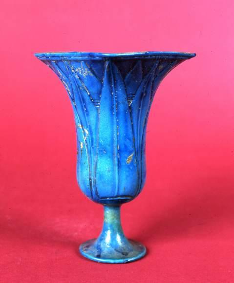 Un calice a forma di fiore di loto risalente al Nuovo Regno esposto ad Alba