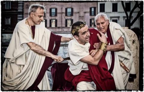La rievocazione storica dell'assassinio di Giulio Cesare alle Idi di Marzo