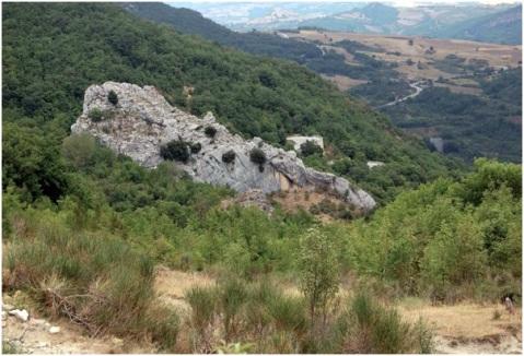 Il riparo sotto roccia Morricone del Pesco dalla valle Serrata dove passa l'antico tratturo