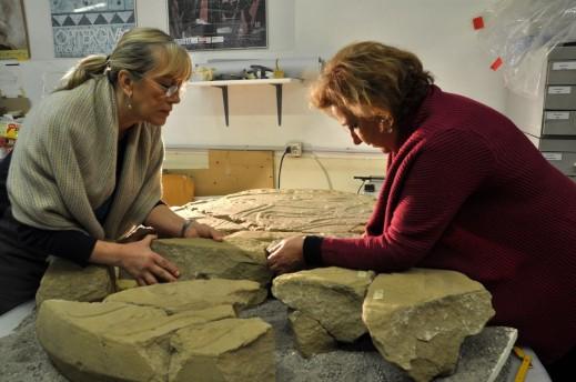 Paola Desantis, a destra, studia con la restauratrice Antonella Pomicetti la stele etrusca scoperta nel sepolcreto di via Saffi a Bologna