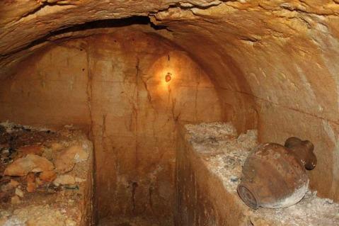 L'interno della tomba dell'aryballos sospeso (si vede appeso sulla parete di testa)