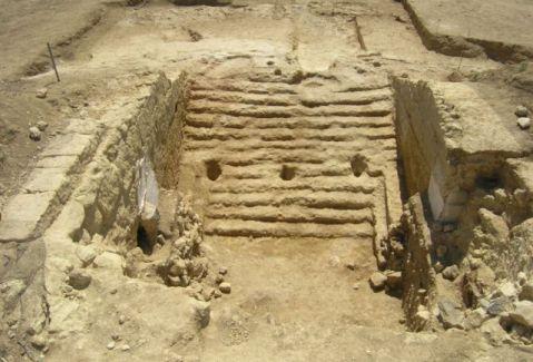 La grande gradinata riportata alla luce negli scavi al tumulo della Regina