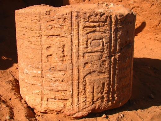 Un rocco di colonna istoriato del tempio perduto di Abu Erteila