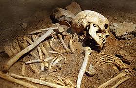 Lo scavo dello scheletro del giovane affetto da tumore