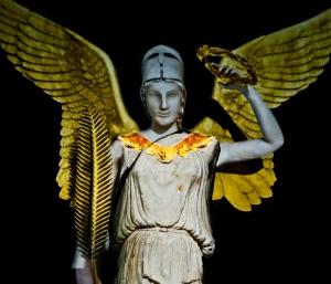 L'Athena Nike nella ricostruzione in 3D su studi del pro. La Rocca con in mano la corona d'alloro e la palma, l'egida sul petto e, dietro, due ampie ali