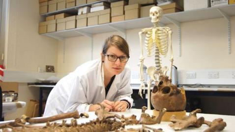 La ricercatrice Michaela Binder al lavoro nei laboratori dell'università di Durham