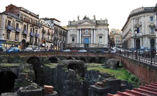 I resti dell'anfiteatro romano di Catania in piazza Stesicoro davanti a S. Agata