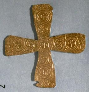 Una crocetta d'oro longobarda che veniva fissata sul velo