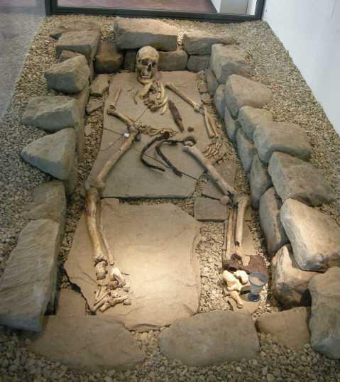 Una tomba longobarda scoperta a Fiesole e ricostruita nella mostra al museo Archeologico