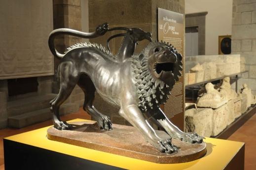 La copia della Chimera dal museo archeologico di Firenze troneggia in mostra