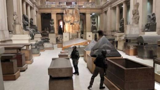 I soldati presidiano il museo Egizio del Cairo dopo il saccheggio subito nei giorni più difficili della rivoluzione