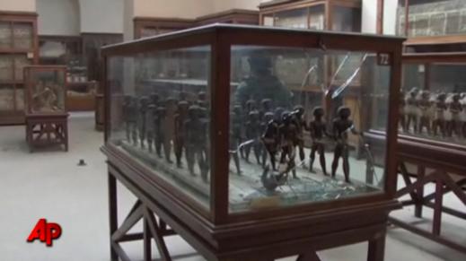 Vetrine rotte: il museo Egizio del Cairo ha subito un saccheggio il 28 gennaio 2011
