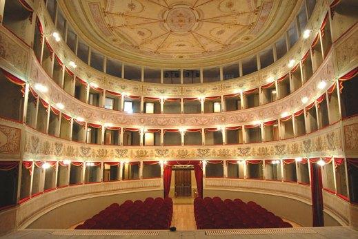 Il salone fu ristrutturato nel '700 dallo stesso architetto che realizzò la Fenice a Venezia
