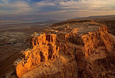 La rocca di Masada, famosa fortezza a strapiombo sul mar Morto, dove ha scavato Dan Bahat