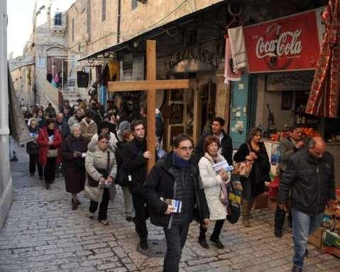 Pellegrinaggi ieri e oggi: pellegrini moderni percorrono la Via Dolorosa a Gerusalemme