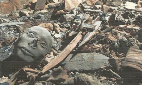 L'ammasso di mummie appartenenti a membri della famiglia reale ritrovate in una tomba della Valle dei re
