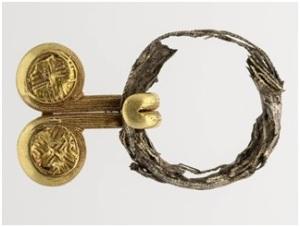 """Una preziosa fibula scoperta nella tomba """"delle mani d'argento"""" a Vulci"""