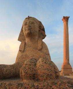 """Una sfinge a """"guardia"""" della cosiddetta colonna di Pompeo ad Alessandria d'Egitto"""