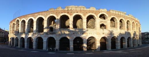 L'imponente prospetto esterno dell'Arena di Verona: l'accesso agli scavi è dall'arcovolo 60