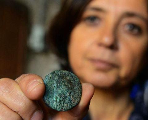 L'archeologa Brunella Bruno mostra il sesterzio dell'imperatore Claudio trovato in Arena